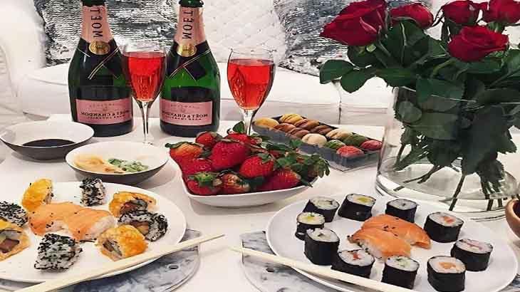Суши и десерты для романтического ужина