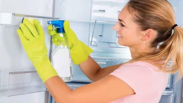 Протираем холодильник уксусом с водой