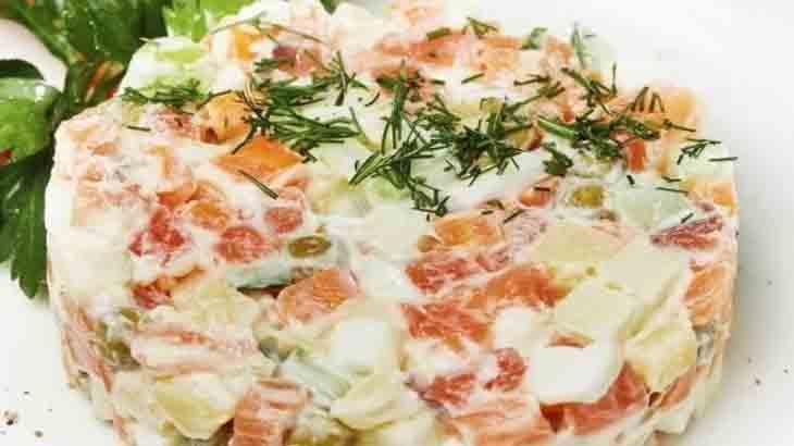 Салат картофельный с лососем и маринованными огурцами