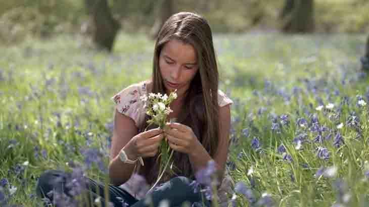 Грустная девушка с цветами