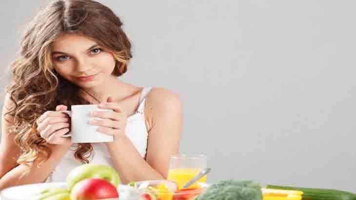 Девушка пьет чай для иммунитета