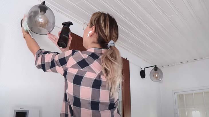 Девушка моет плафоны