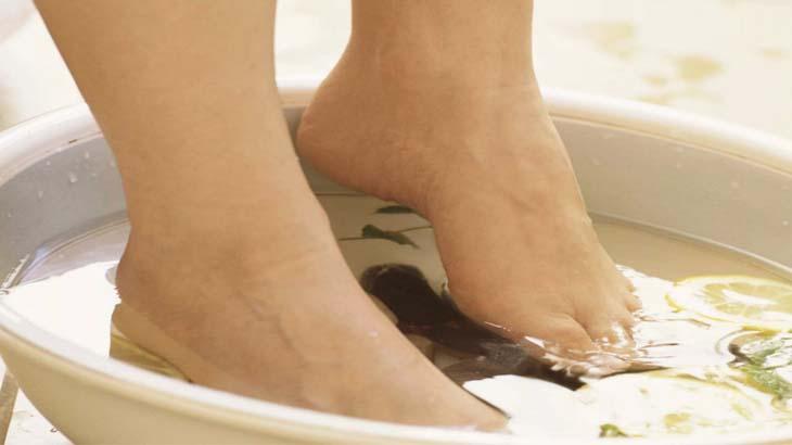 Содовая ванночка от трещин на пятках