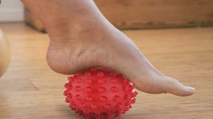 Массаж стопы с помощью мяча