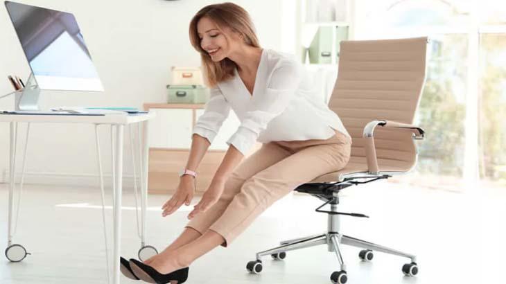 Упражнение для ног, сидя на стуле